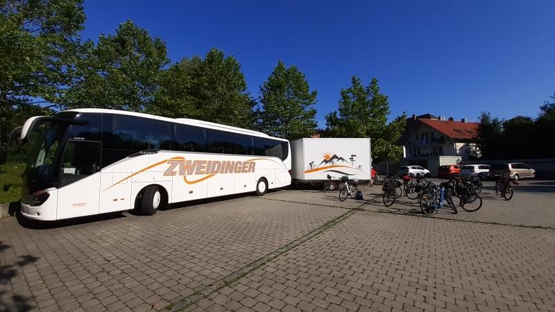 Bus und Radanhänger